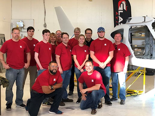Glasair hosts students to build airplane